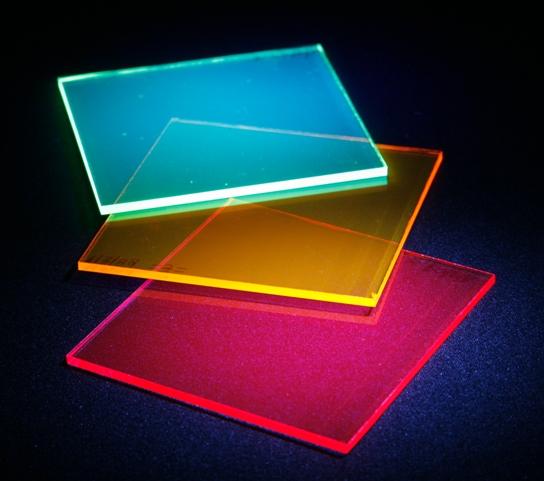 I vantaggi del plexiglass rispetto al vetro