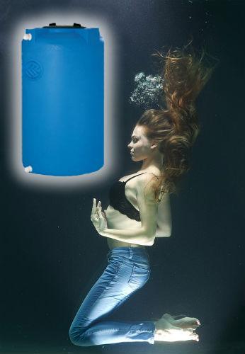 donna in acqua con serbatoio