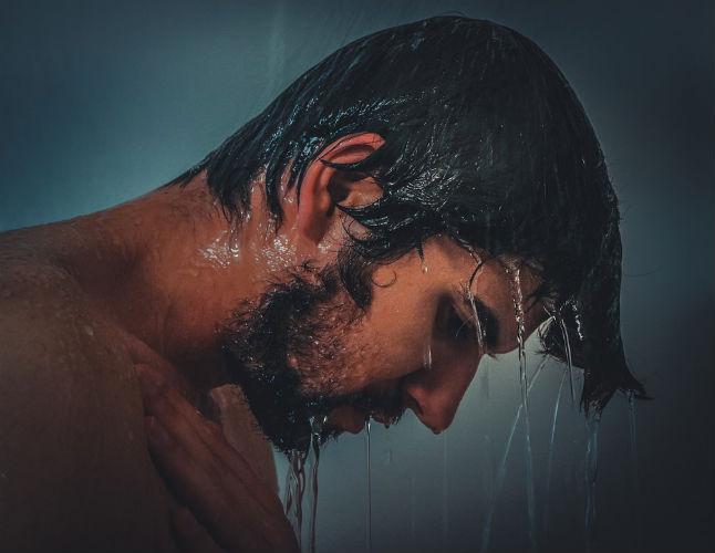 uomo-sotto-doccia